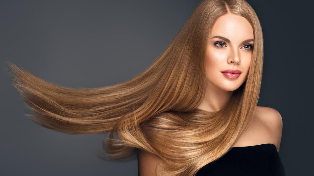 Žena rovné vlasy