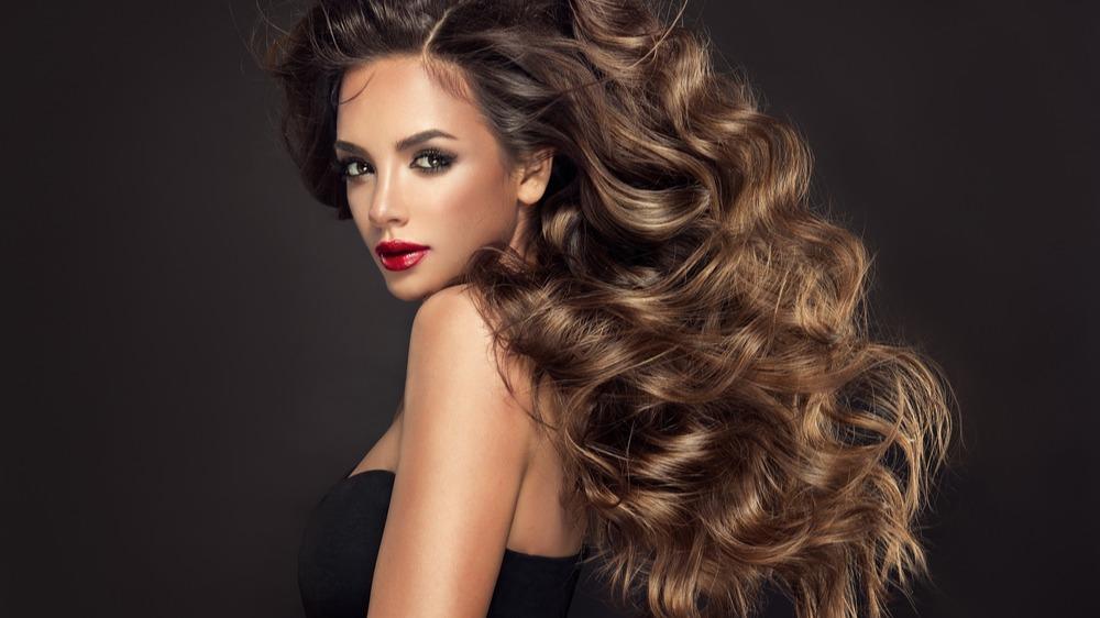 Žena vlnité vlasy